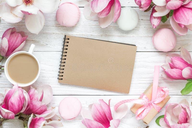 Scheda dell'invito di cerimonia nuziale spazio in bianco della carta, fiori della magnolia, caramelle gommosa e molle, contenitor fotografie stock