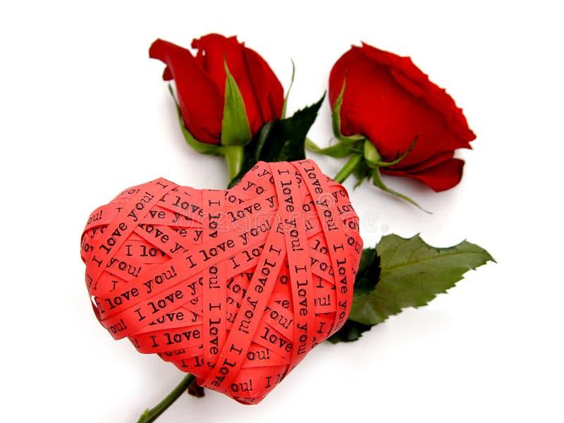 Scheda di giorno del biglietto di S. Valentino - rose rosse dell'estremità del cuore fotografia stock