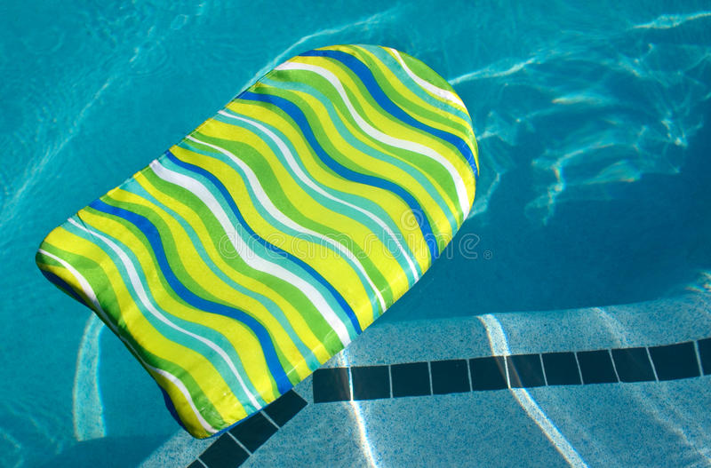 Scheda di scossa di boogie nella piscina fotografia stock libera da diritti