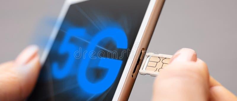 Scheda di SIM e telefono mobile immagine stock libera da diritti