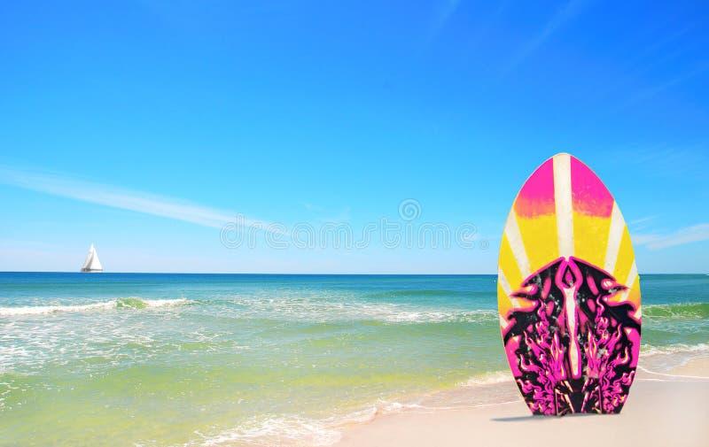 Scheda di spuma dentellare e gialla alla spiaggia fotografia stock libera da diritti