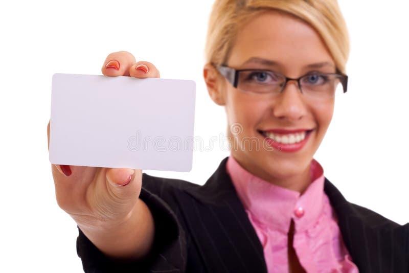 Scheda sorridente della holding della donna di affari fotografie stock