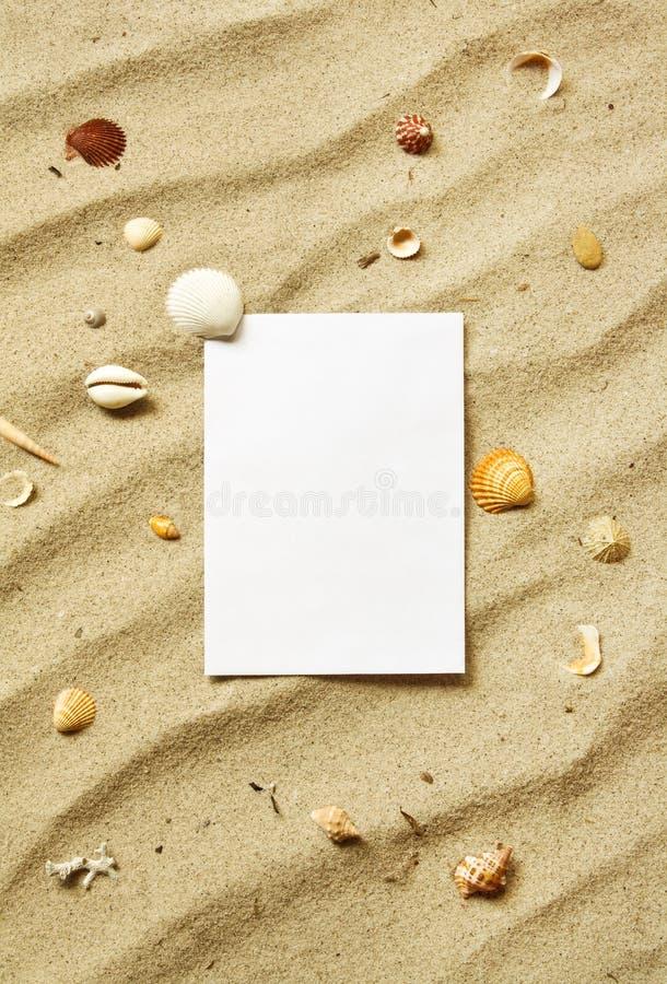 Scheda sulla sabbia con le coperture del mare immagine stock libera da diritti