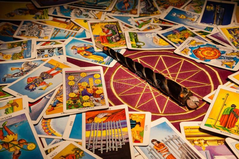 Schede di Tarot con una bacchetta magica. fotografie stock
