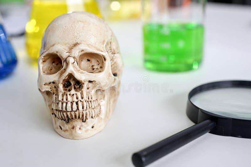 Schedel en spuit medische flesjes, Medisch risico van virusmisbruik en dood Schadelijk substantiemisbruik De verslaving van de dr stock fotografie