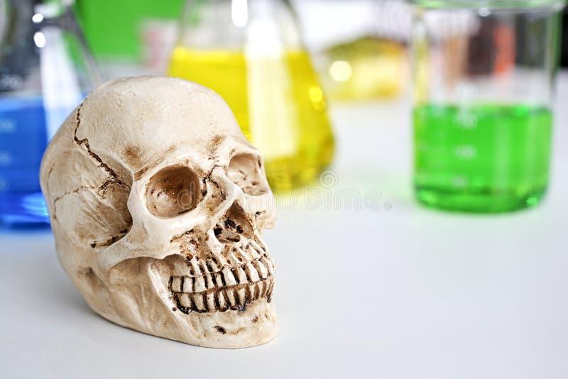 Schedel en spuit medische flesjes, Medisch risico van virusmisbruik en dood Schadelijk substantiemisbruik De verslaving van de dr stock foto