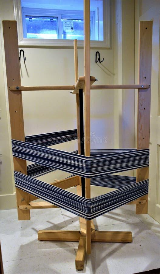 Scheeftrekkende molen met katoenen afwijking Handweaving textiel vezel royalty-vrije stock foto's
