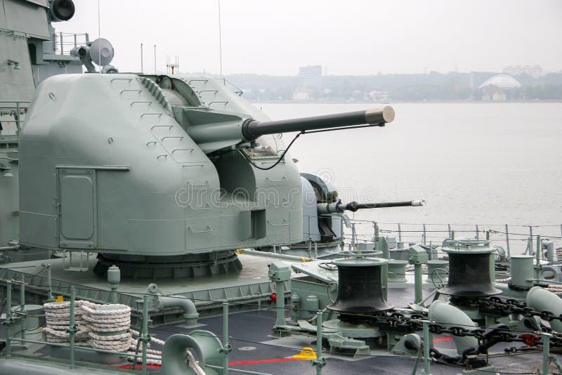 Scheepsgeweer met een luik en een compartiment voor een man op een schip met een gesloten vat royalty-vrije stock afbeeldingen