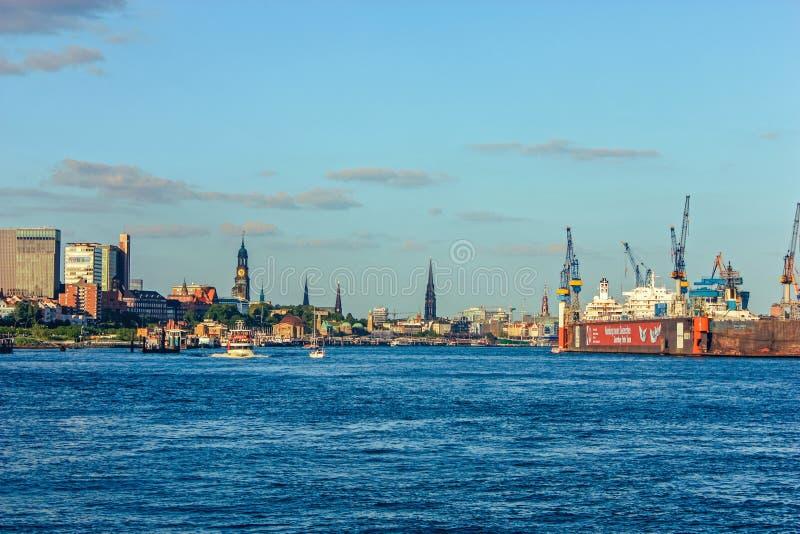 Scheepswerf en havenscheepsbouw met kraanmachine en containerschip in Hamburg Duitsland stock afbeeldingen