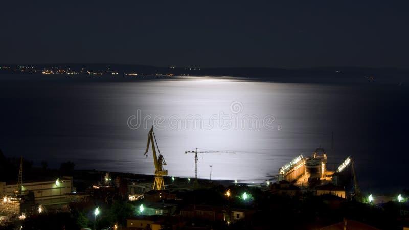 Scheepswerf onder maanlicht royalty-vrije stock foto's