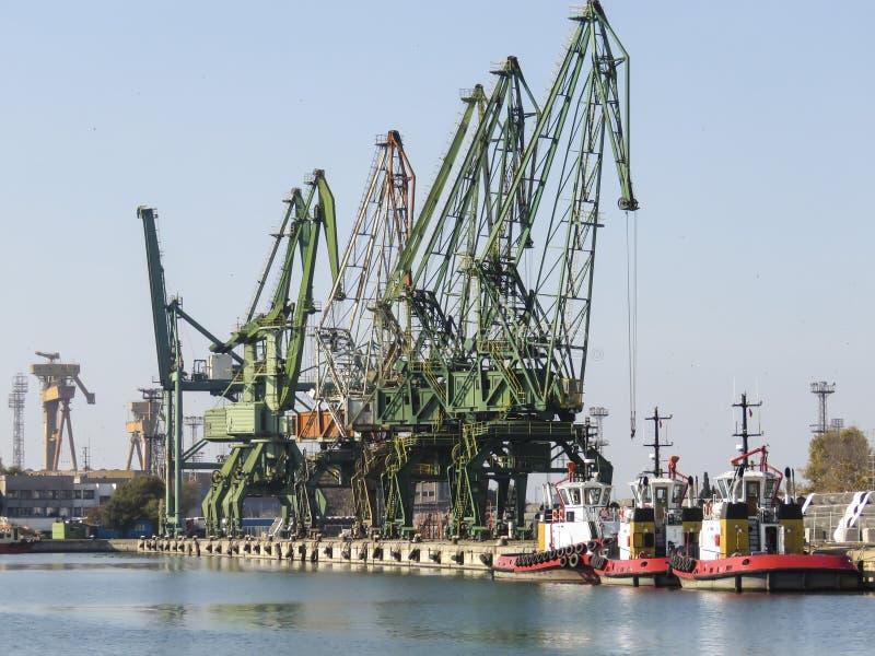 Scheepswerfkranen en sleepbootboten in Varna, Bulgarije stock afbeelding