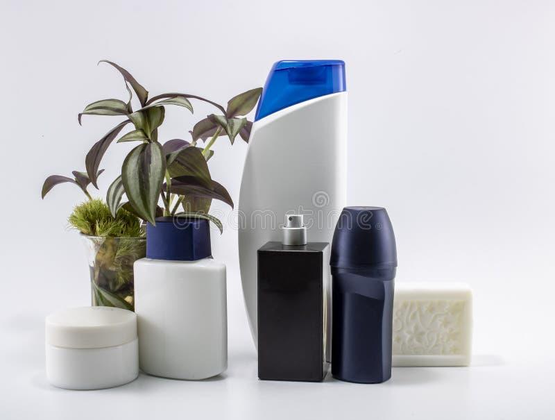 Scheerapparaat, zeep, shampoo, deodorant, roomreeks Bloemen en geïsoleerde achtergrond stock foto
