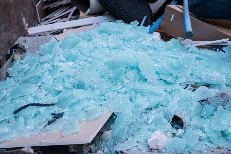 Scheggia di vetro in un contenitore con rifiuti immagini stock libere da diritti