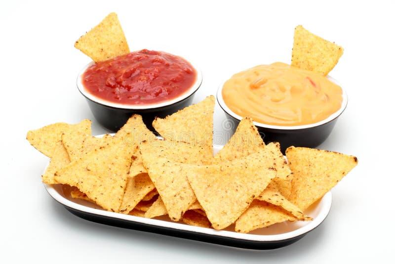 Scheggia i nacho della tortiglia con le salse immagini stock libere da diritti