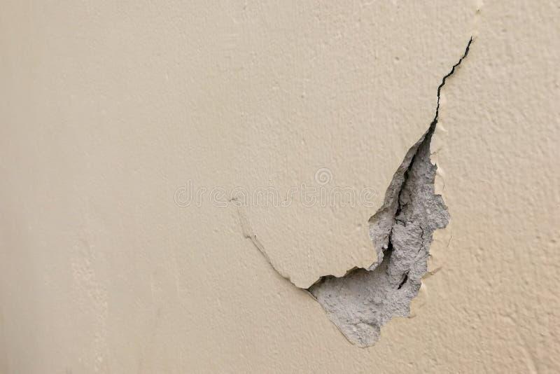 Scheggiato fuori da superficie incrinata della parete del cemento fotografia stock libera da diritti