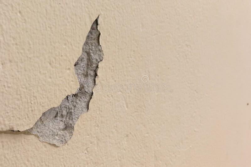 Scheggiato fuori da superficie incrinata della parete del cemento immagine stock libera da diritti