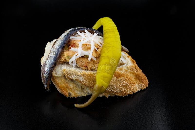 Scheibe brot mit Thunfisch-, Sardellen- und Paprikapfeffer lizenzfreies stockfoto