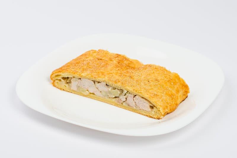 Scheibe der Hühnertorte auf einer Platte auf Weiß lizenzfreies stockbild