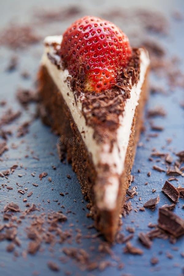 Scheibe der köstlichen Schokolade und des mascarpone Kuchens stockbild