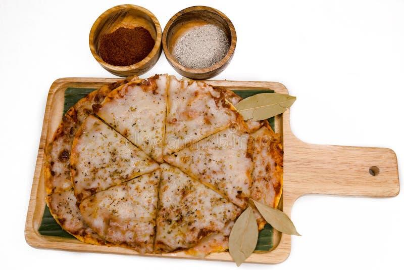 Scheibe der Pizza auf hölzerner Platte und weißem Hintergrund stockfotografie