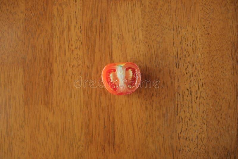 Scheibe der Tomate auf Holztischhintergrund stockfotos