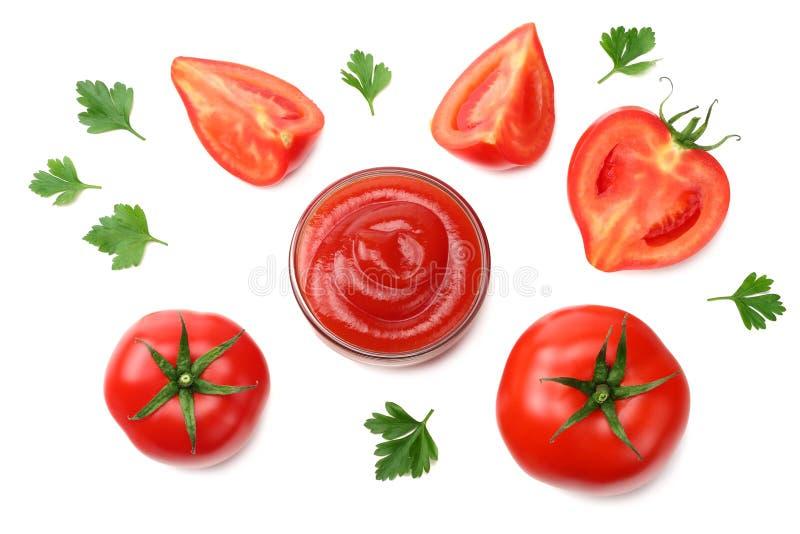 Scheibe der Tomate mit der Petersilie und Glasschüssel Ketschup lokalisiert auf weißem Hintergrund Beschneidungspfad eingeschloss stockfotografie