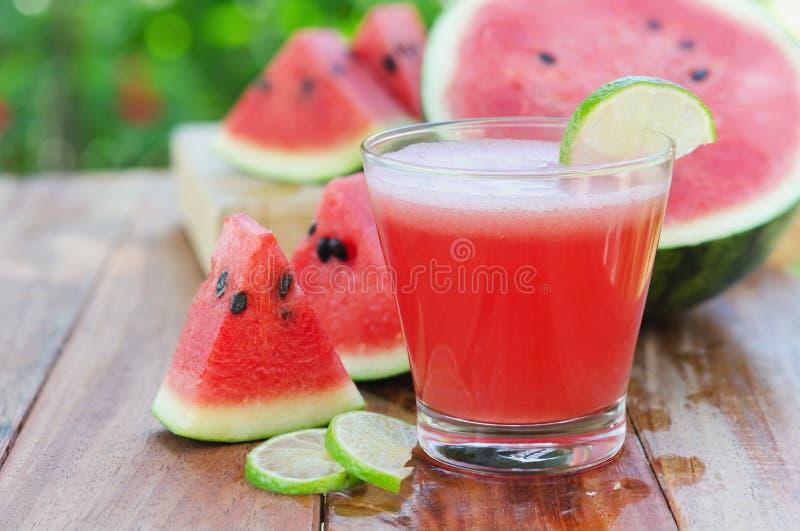 Scheibe der Wassermelone für Smoothies mit Kalk auf Holz lizenzfreies stockbild
