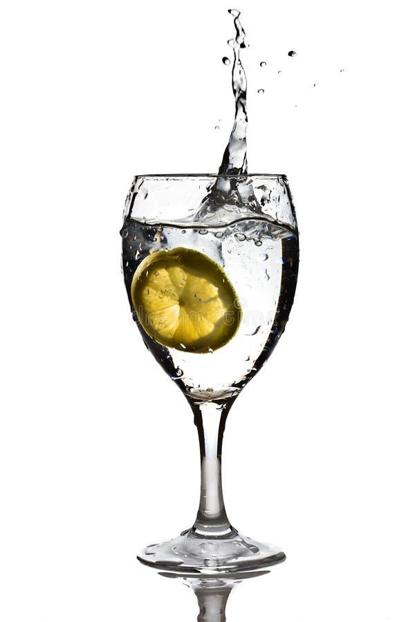 Scheibe Der Zitrone Fiel In Das Wasser Stockbild