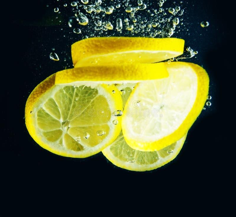 Scheibe der Zitrone im Wasser stockfotos