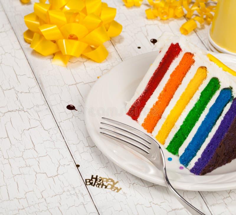 Scheibe des Geburtstags-Kuchens stockfoto