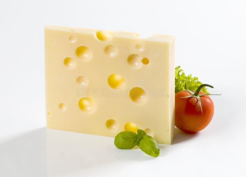 Scheibe des Hartkäses und der Tomate stockbild