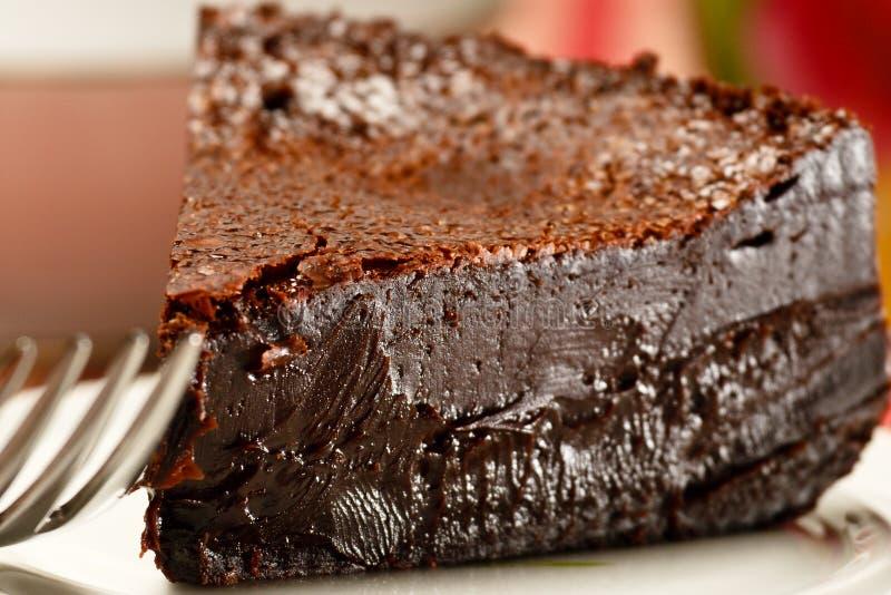 Scheibe des reichen dunklen Schokoladenkuchens lizenzfreies stockfoto