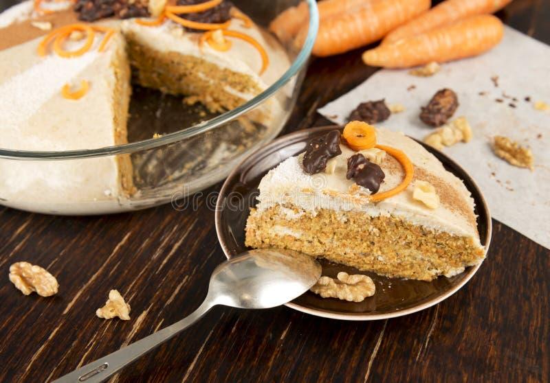 Scheibe des rohen Karottenkuchens des strengen Vegetariers Gesundes Lebensmittel, Nachtisch Altes vinta stockbilder