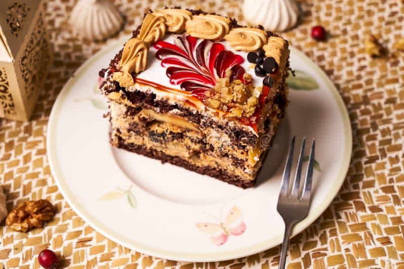 Scheibe des Schokoladenkuchens mit Banane, Walnuss, Meringe lizenzfreie stockfotografie