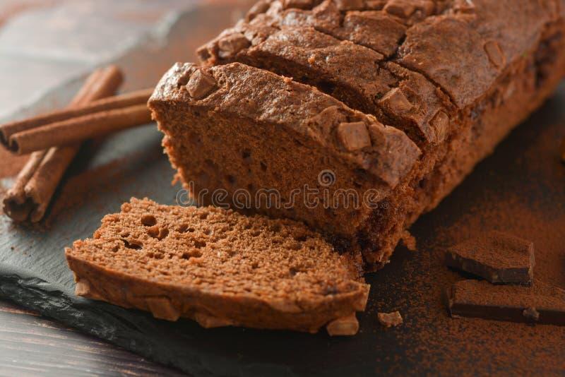 Scheibe des Schwammschokoladenkuchens Schokolade, selbst gemachter Nachtisch lizenzfreie stockfotos