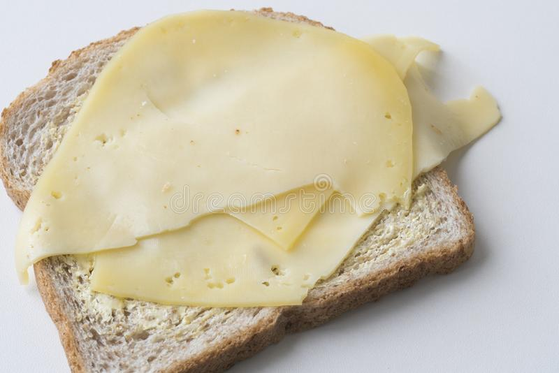 Scheibe des Schwarzbrots mit holländischem Käse stockfoto