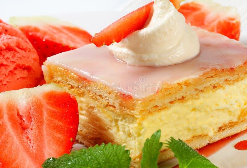 Scheibe des Vanillepudding-(Vanille) mit Erdbeeren und Eiscreme stockbild