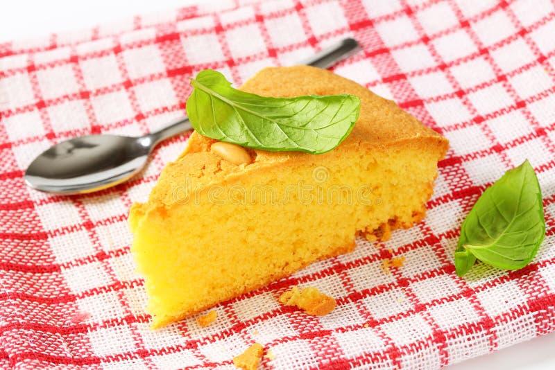 Scheibe des Zitronenschwammkuchens lizenzfreies stockbild