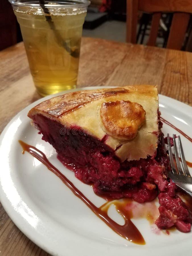 Scheibe von Berry Pie mit Eistee lizenzfreies stockbild