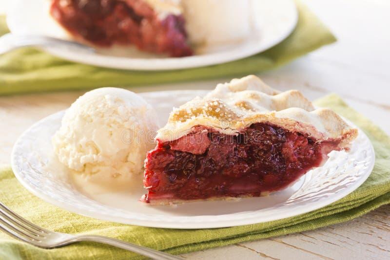 Scheibe von Misch-Berry Pie mit Eiscreme stockbilder