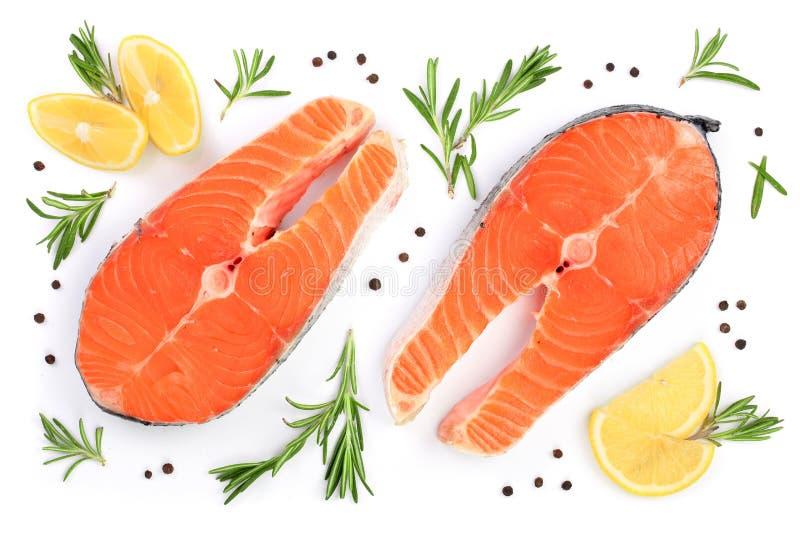 Scheibe von roten Fischlachsen mit Zitrone, Rosmarin und Pfefferkörnern auf weißem Hintergrund Beschneidungspfad eingeschlossen F lizenzfreies stockbild