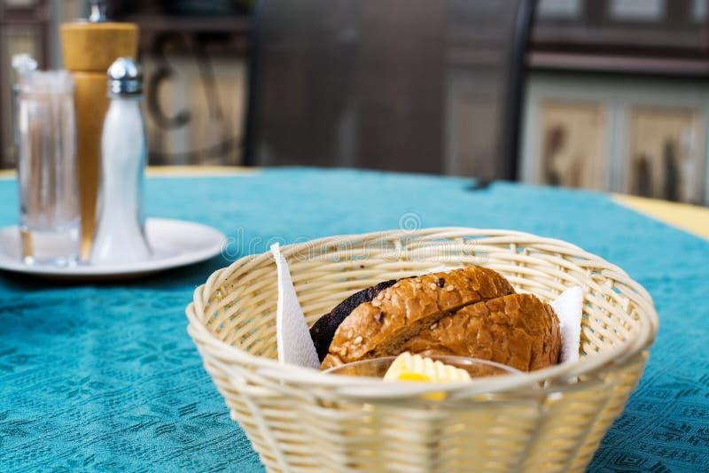 scheiben brot und butter in einem korb auf tabelle stockbild bild von korn rollen 46398743. Black Bedroom Furniture Sets. Home Design Ideas