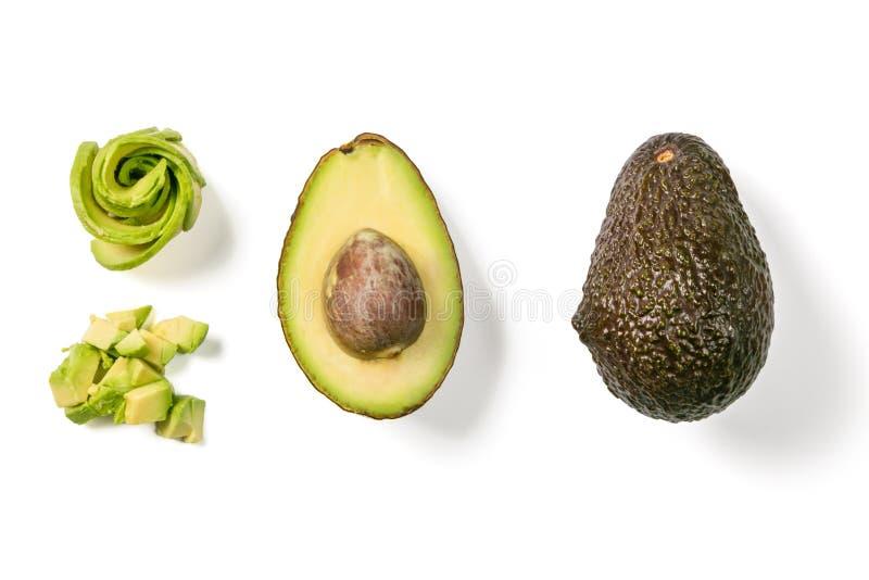 Scheiben der Avocado auf weißem Hintergrund Ganzes und Hälfte mit Blättern Gestaltungselement für Produktaufkleber lizenzfreie abbildung