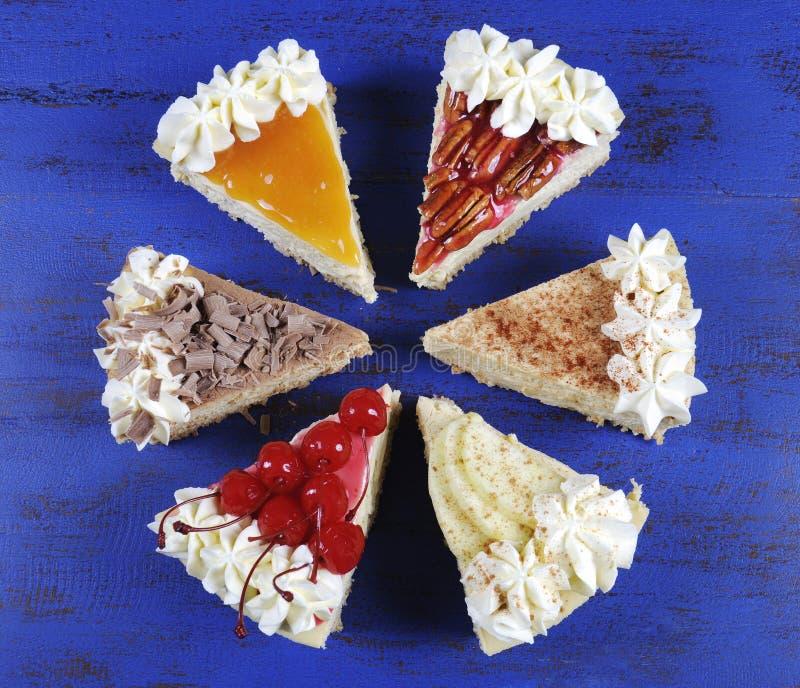 Scheiben der Danksagungs-Torte auf dunkelblauem Holz stockfoto