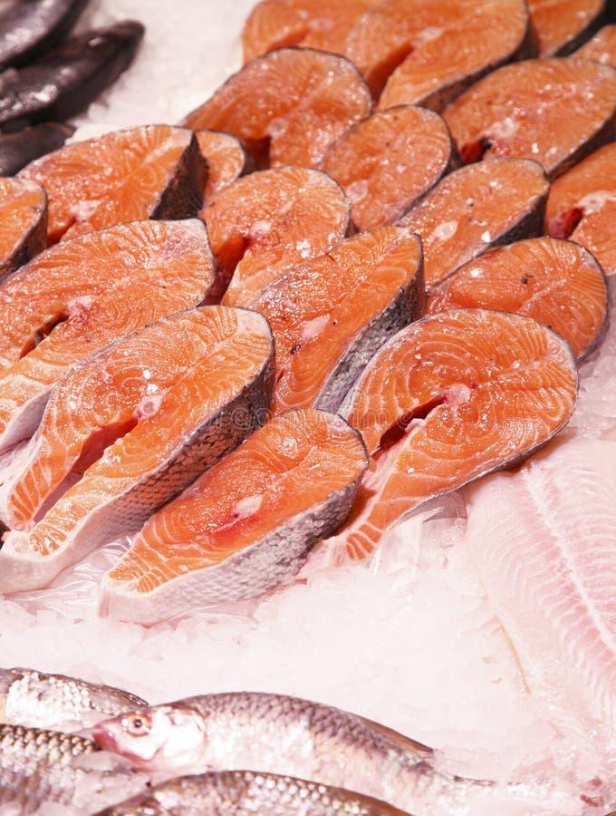 Scheiben der Fische im Supermarkt stockfoto