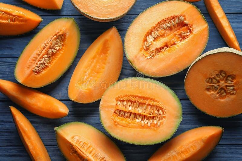 Scheiben der frischen reifen Melone auf hölzernem Hintergrund lizenzfreies stockbild