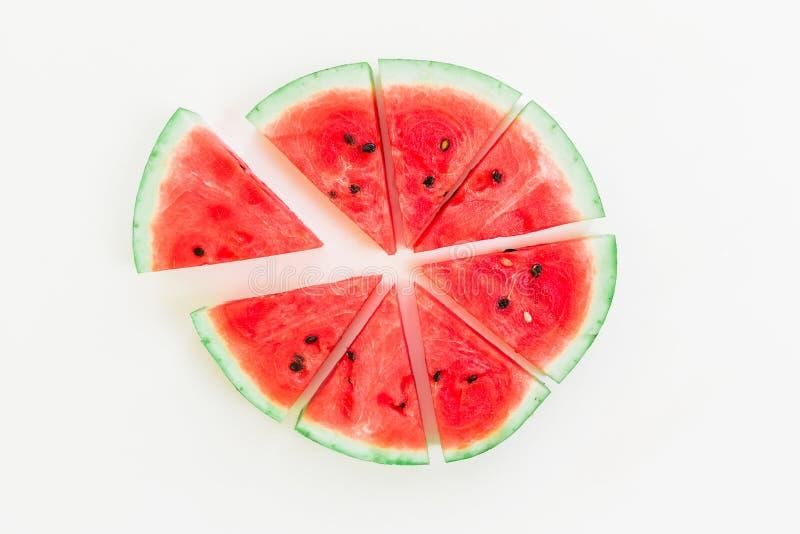 Scheiben der geschmackvollen Wassermelone auf weißem Hintergrund Flache Lage Beschneidungspfad eingeschlossen Seashells gestalten stockbild