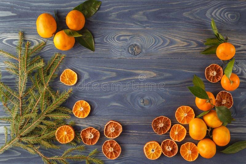 Scheiben der getrockneten Orange, der Zitrone, des Zimts, der Nelken, des Kardamoms und des PUs lizenzfreie stockbilder