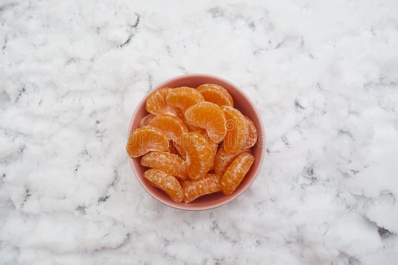 Scheiben der Mandarine in der rosa Schüssel Abgezogene Tangerine lizenzfreie stockfotografie