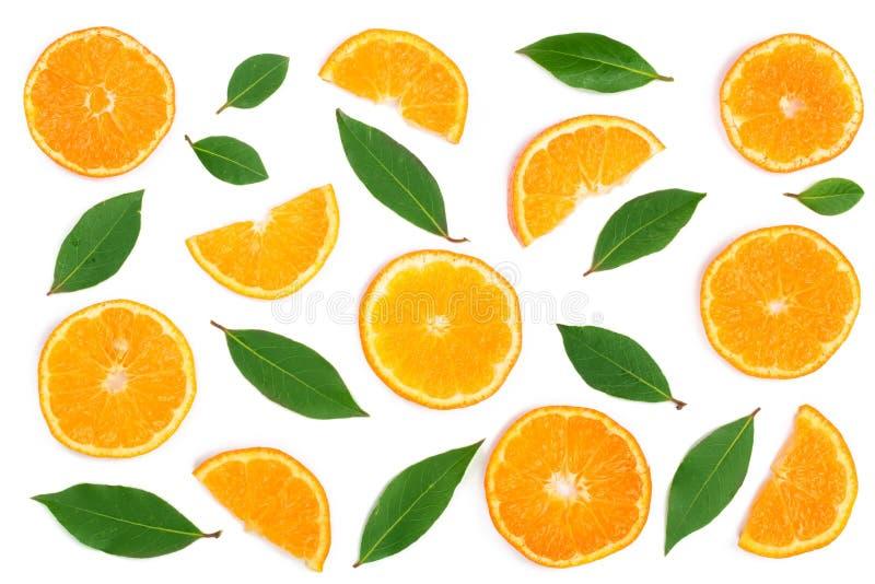 Scheiben der Orange oder der Tangerine mit den Blättern lokalisiert auf weißem Hintergrund Flache Lage, Draufsicht Lokalisiert au lizenzfreie stockfotografie